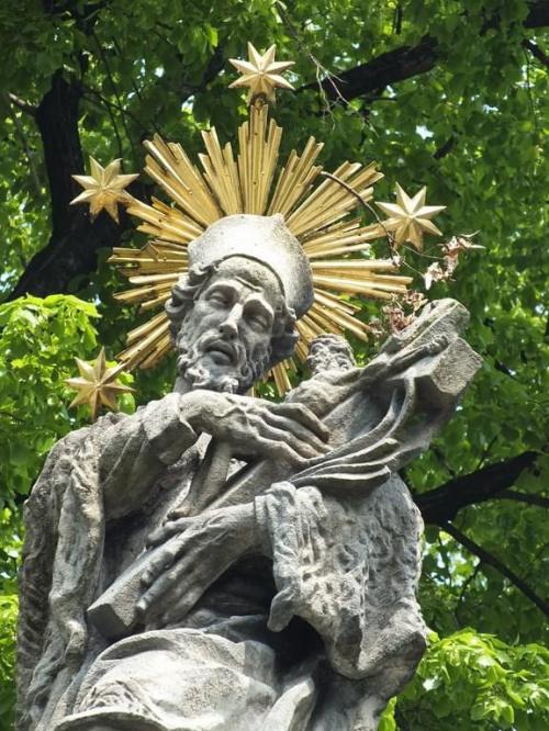 Święty Jan Nepomucen :)Jan urodził się w miejscowości Pomuk lub Nepomuk ok. 21 marca 1350 r. jako syn Velfi, miejscowego urzędnika. Miejscowość urodzenia Jana leży w południowo-zachodnich Czechach. Z roku 1370 pochodzi wiadomość o Janie jako kleryku i...