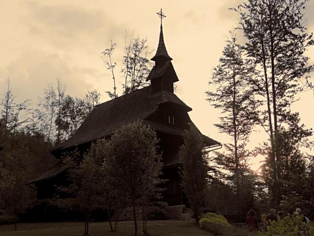 """Wisła - Kaplica z 1909 r. pw.Św.Jadwigi Śląskiej zbudowana w stylu """"alpejskim"""" pokryta gontem"""