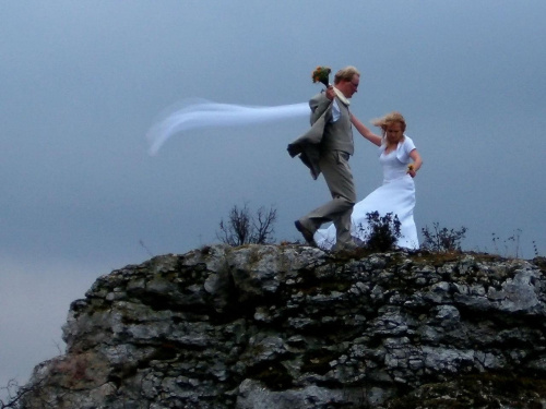 zawsze ma być tak? pod górę? pod wiatr? po cierniach?... #para #ludzie #ślub