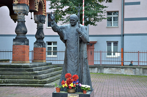 kościół garnizonowy św Jerzego w Łodzi pomnik Jana Pawła II przed kościołem