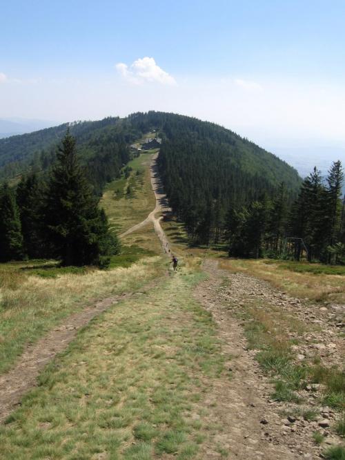 Na szczycie Klimczoka, widok na schronisko #Góry #BeskidŚląski #Szyndzielnia #Klimczok #Skrzyczne