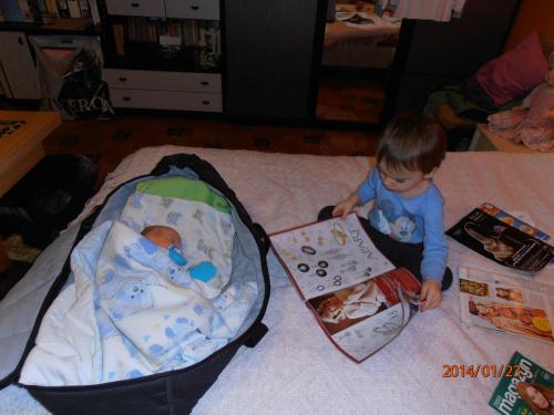 Kubuś czyta braciszkowi gazetę aby miał kolorowe sny :)