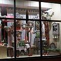 Dekoracje witryn sklepowych. Aranżacja walentynkowa #AranżacjeWystawSklepowych #DekoracjaWitryny #dekoracje #DekorowanieWitryn